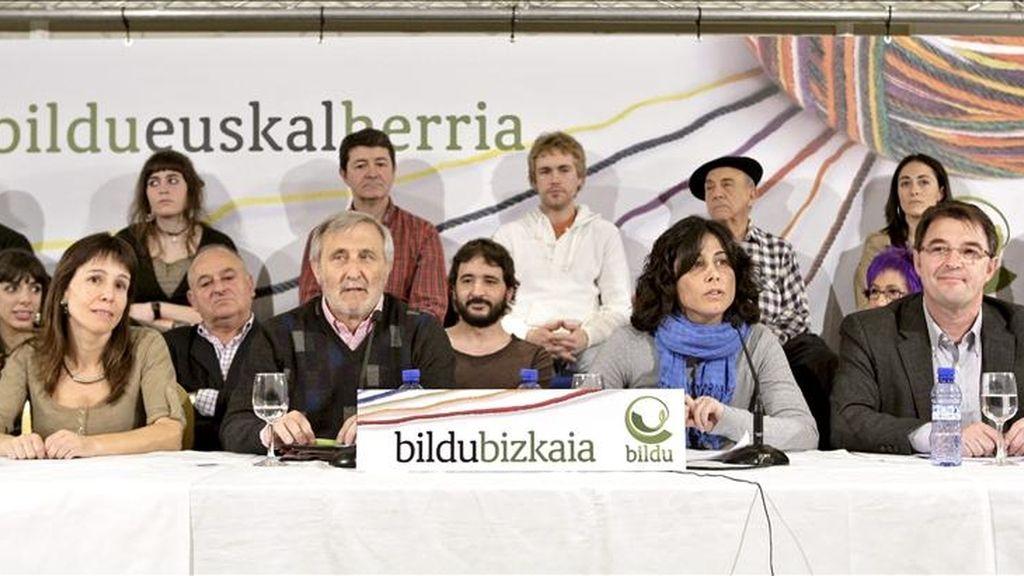 Txema Azkuenaga (2i) y Zuriñe Gainza (2d), ambos independientes, encabezarán las listas de Bildu a la alcaldía de Bilbao y a las Juntas Generales de Vizcaya, respectivamente, según han dado a conocer esta semana en una rueda de prensa conjunta con el resto de candidatos por este territorio. EFE
