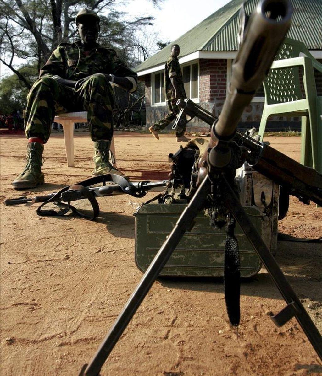 Un soldado del antiguo Ejército de Liberación del Pueblo de Sudán monta guardia. EFE/Archivo