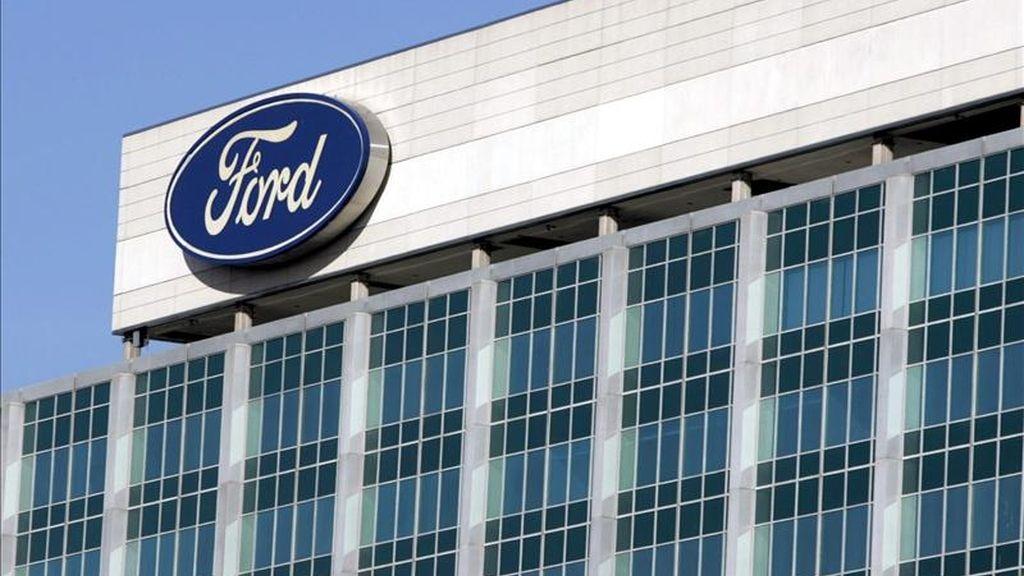 Imagen de la sede de Ford en un coche a la venta en un concesionario de Deaborn, Estados Unidos. EFE/Archivo