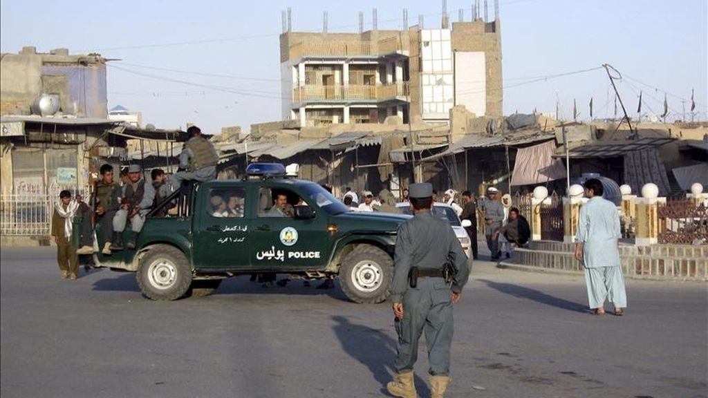 Policías afganos patrullan Kandahar, Afganistán, este sábado. Comandos de insurgentes, varios de ellos suicidas, lanzaron un ataque múltiple contra edificios oficiales en la ciudad meridional afgana de Kandahar, horas después de que el movimiento talibán prometiese vengar la muerte de Osama bin Laden. EFE