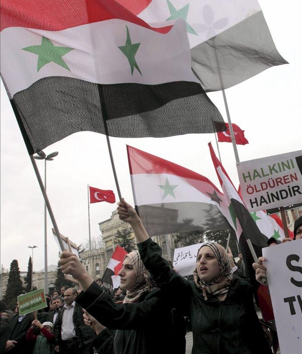 Un grupo de manifestantes participa en una protesta contra el gobierno del presidente sirio, Bachar al Asad, el 15 de abril de 2011 en Estambul (Turquía). EFE/Archivo