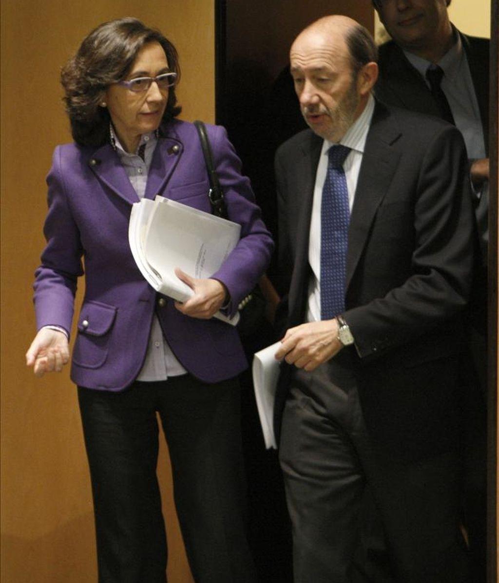 El vicepresidente primero del Gobierno, Alfredo Pérez Rubalcaba, y la ministra de Medio Ambiente y Medio Rural y Marino, Rosa Aguilar, hoy antes de una rueda de prensa en Madrid. EFE
