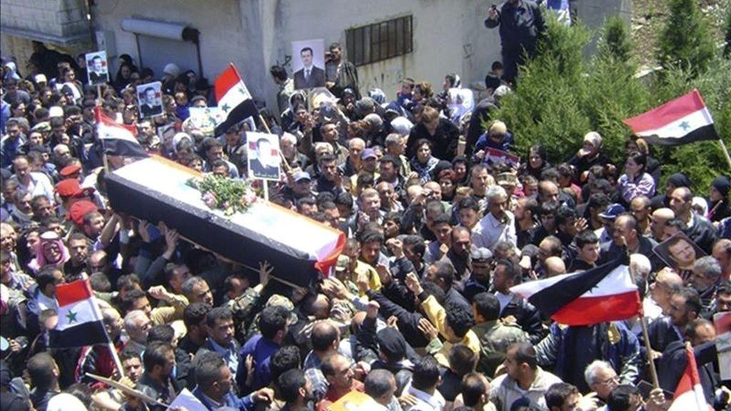 Fotografía facilitada por la agencia SANA que muestra un funeral de una víctima de las revueltas de Siria. EFE/Archivo