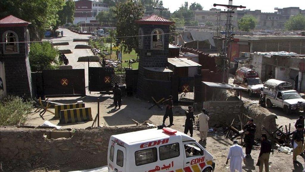 Policías y soldados paquistaníes inspeccionan el lugar de un doble ataque suicida contra una academia de la guardia de fronteras, en la provincia noroccidental de Khyber-Pakhtunkhwa, Pakistán. EFE