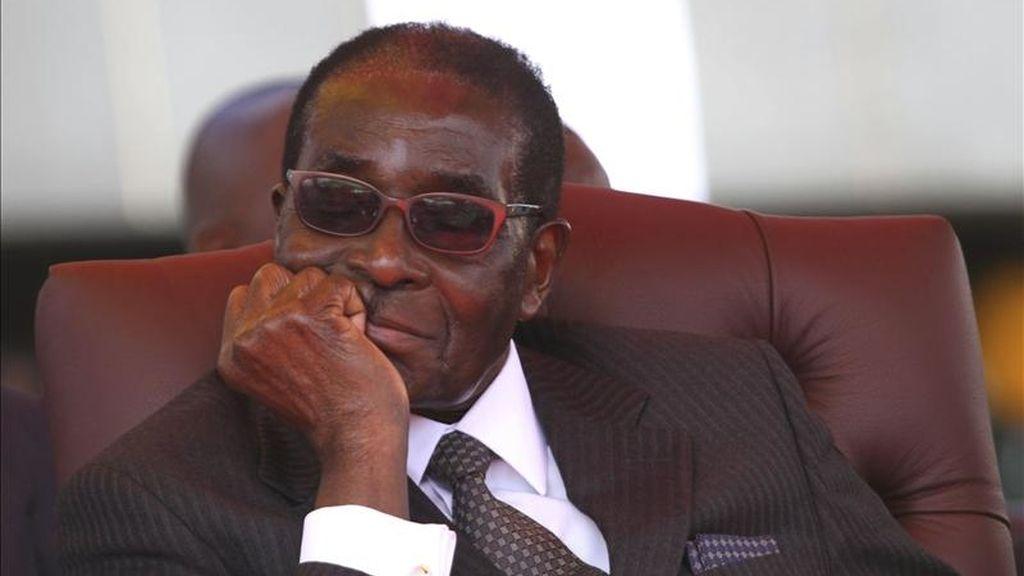 El presidente de Zimbabue, Robert Mugabe, atiende durante un acto en Hararé, Zimbabue. EFE