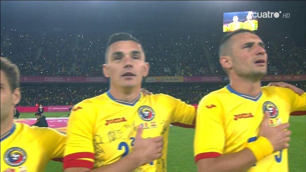 ¿Qué hacía este jugador rumano con la camiseta llena de autógrafos?