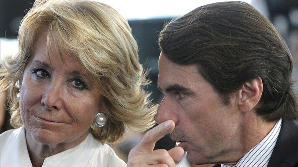 El expresidente del Gobierno José María Aznar y la presidenta de la Comunidad de Madrid, Esperanza Aguirre, durante un acto con jóvenes que se desarrolló hoy en Torrejón de Ardoz. EFE