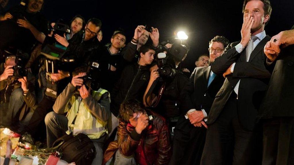 El primer ministro holandés, Mark Rutte (d), este domingo en el funeral de las víctimas del tiroteo en un centro comercial de Alphen Aan Den Rijn (Holanda). EFE