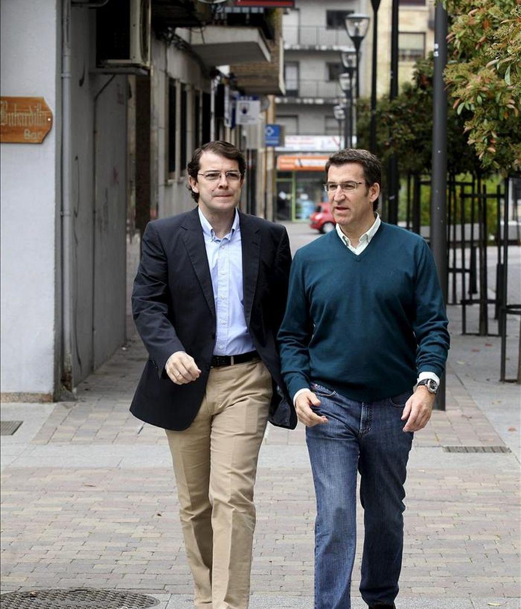 El presidente de la Xunta de Galicia, Alberto Núñez Feijóo (d) y el candidato a la alcaldía de Salamanca, Alfonso Fernández Mañueco, momentos antes de asistir a un acto público con militantes y afiliados del PP hoy en Salamanca. EFE