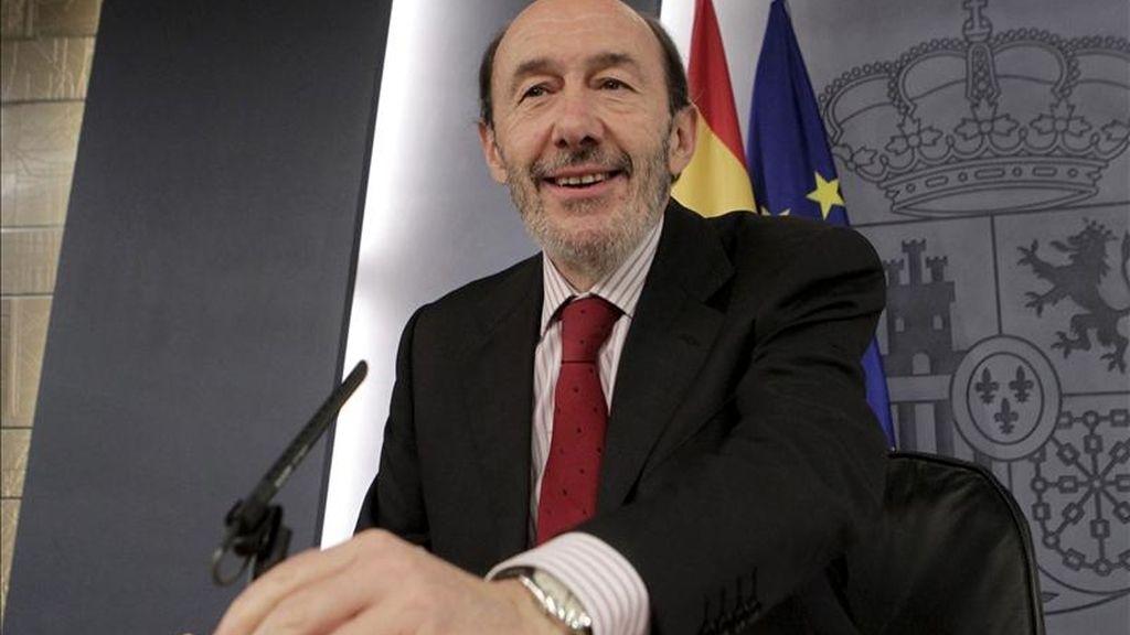 El vicepresidente primero del Gobierno, Alfredo Pérez Rubalcaba, durante la rueda de prensa posterior al Consejo de Ministros que ofreció hoy en el palacio de la Moncloa. EFE