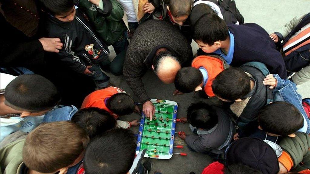 El pasado año, ANAR recibió 162.671 llamadas de niños y adolescentes procedentes de toda España, lo que supone un 72 por ciento más que en 2009. EFE/Archivo