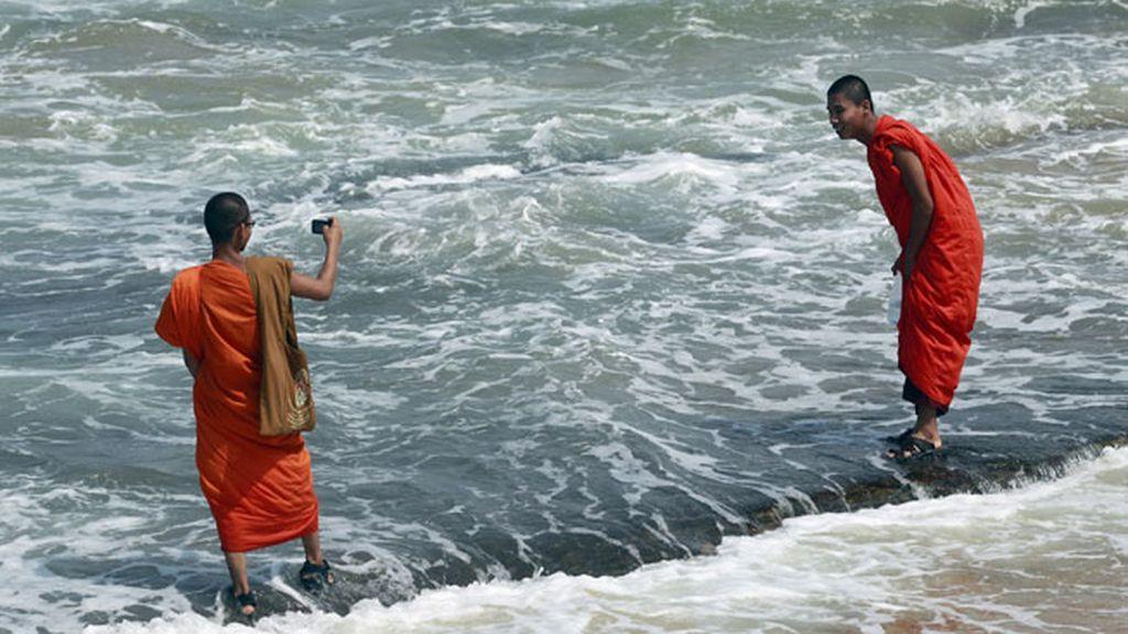 Monjes budistas disfrutan del mar