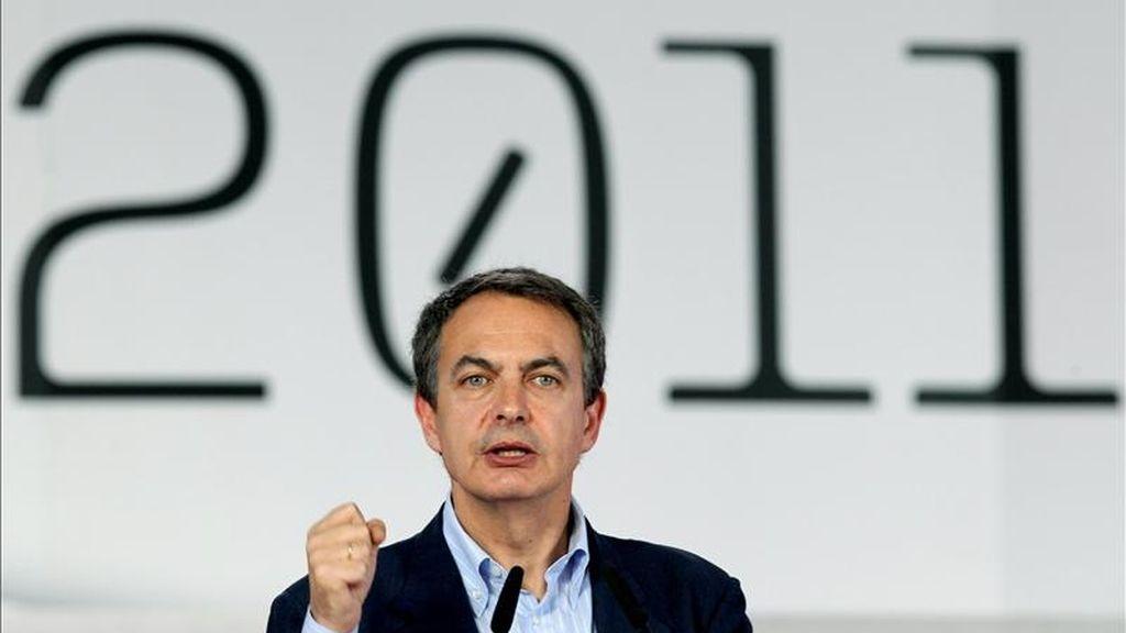El presidente del Gobierno, José Luis Rodríguez Zapatero, protagoniza hoy un acto en Gijón en apoyo de los socialistas asturianos, mientras que Madrid acoge el acto principal del PP con la presencia de su líder, Marino Rajoy, de la presidenta Esperanza Aguirre y del alcalde Alberto Ruiz-Gallardón. EFE/Archivo