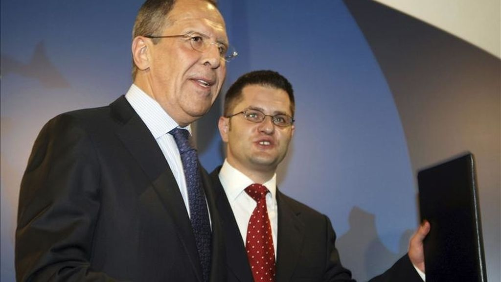 El ministro de Exteriores serbio, Vuk Jeremic (c), conversa con su homólogo ruso, Serguéi Lavrov, durante un encuentro en Belgrado (Serbia) hoy, 19 de abril 2011. Lavrov se encuentra en Serbia para realizar una visita oficial de un día de duración al país. EFE