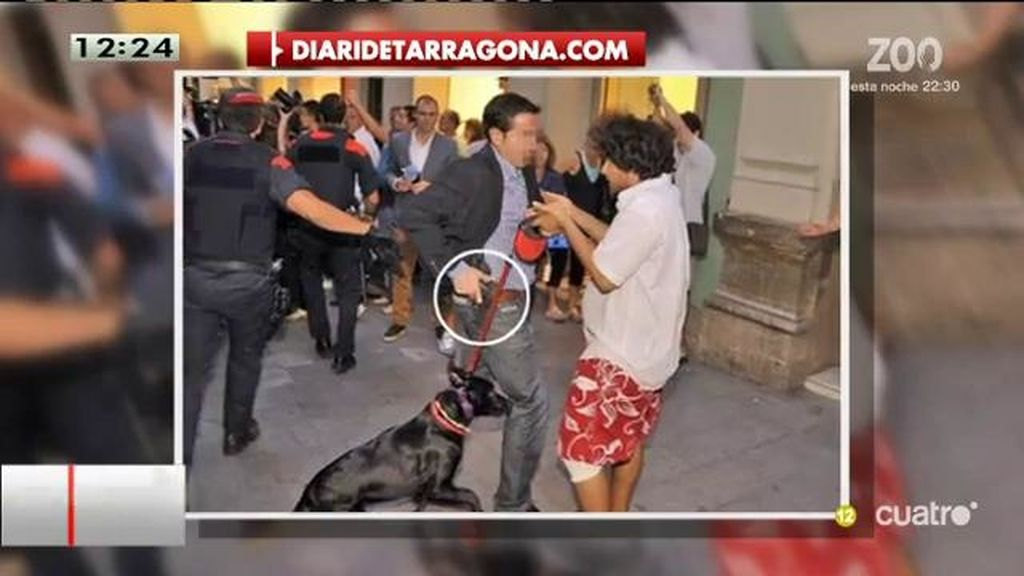 Un escolta de Rajoy echa mano al cinto ante un manifestante contra Rajoy en Reus