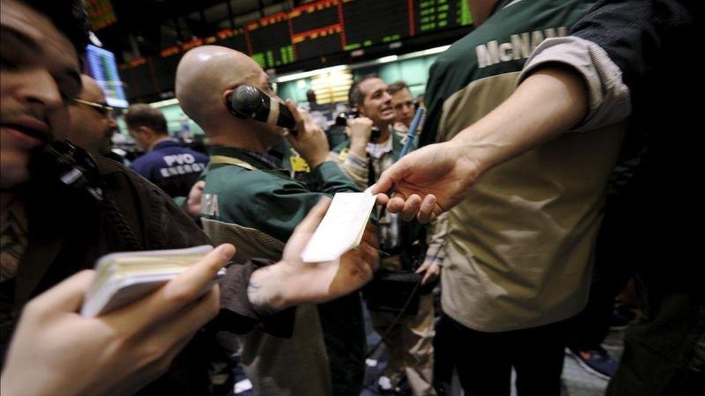 El Dow Jones de Industriales sumó esta última jornada de la semana 56,68 puntos para acabar en 12.341,83 unidades. EFE/Archivo