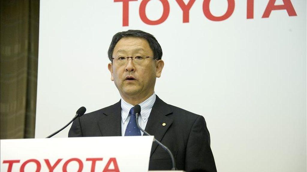 El presidente del fabricante japonés Toyota, líder mundial del motor, Akio Toyoda, habla hoy con los medios de comunicación durante una rueda de prensa en Tokio, Japón. EFE