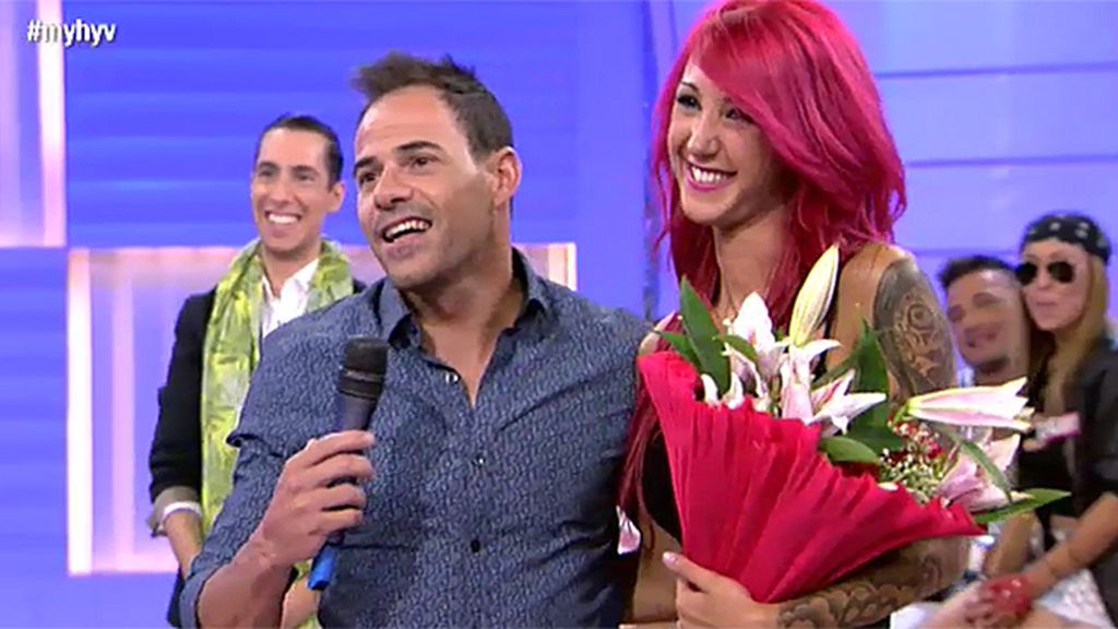 Luismi sorprende a Laura con flores