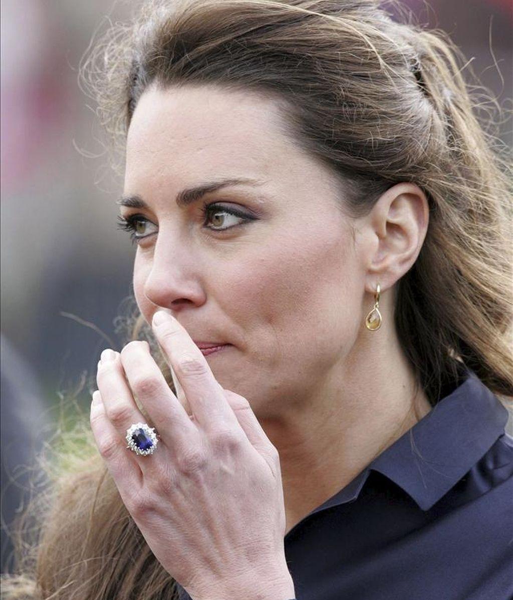 Foto de archivo de Kate Middleton, prometida del príncipe Guillermo de Inglaterra, durante su visita a Darwen (Reino Unido) el 11 de abril de 2011. EFE/Archivo