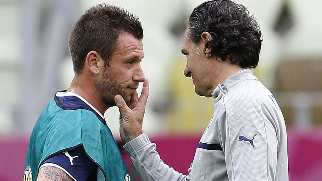 Antonio Cassano y el seleccionador italiano Prandelli durante un entrenamientos de la Euocopa 2012