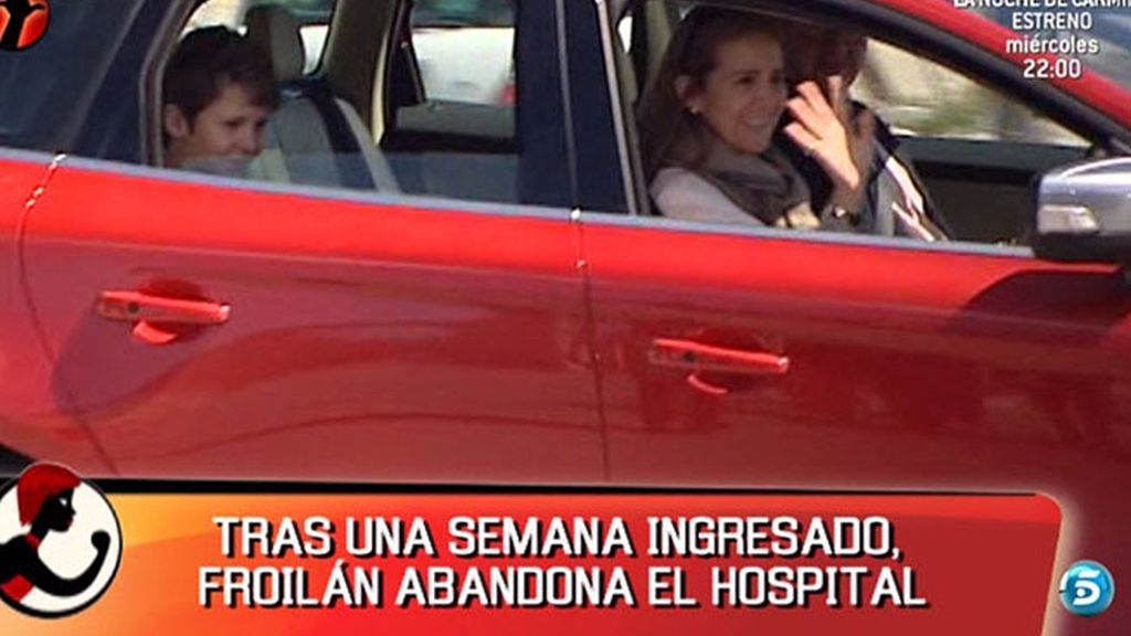 En coche, el nieto del Rey abandona el hospital junto a su madre
