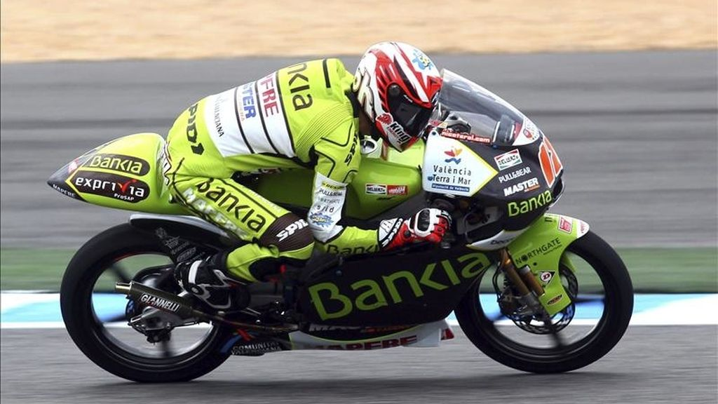 El piloto español de 125cc Nicolás Terol, del equipo Bankia Aspar en acción durante la sesión oficial de entrenamientos en el circuito de Estoril, Portugal, hoy sábado 30 de abril de 2011. El Gran Premio de Portugal de 125cc se celebra el domingo 1 de mayo de 2011. EFE