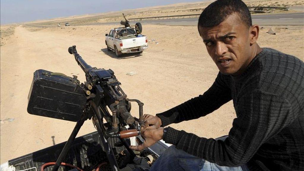Un rebelde libio maneja un arma de fuego en el techo de una furgoneta en la carretera hacia Brega (Libia) hoy, lunes, 4 de abril de 2011. EFE