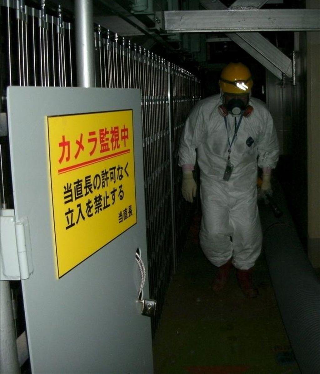 Foto facilitada por Tokyo Electric Power (TEPCO), la compañía que opera la planta nuclear de Fukushima (noreste de Japón), que muestra a uno de sus trabajadores preparado para entrar en el edificio del reactor 1 de Fukushima para tratar de restaurar su sistema de refrigeración. EFE/TEPCO