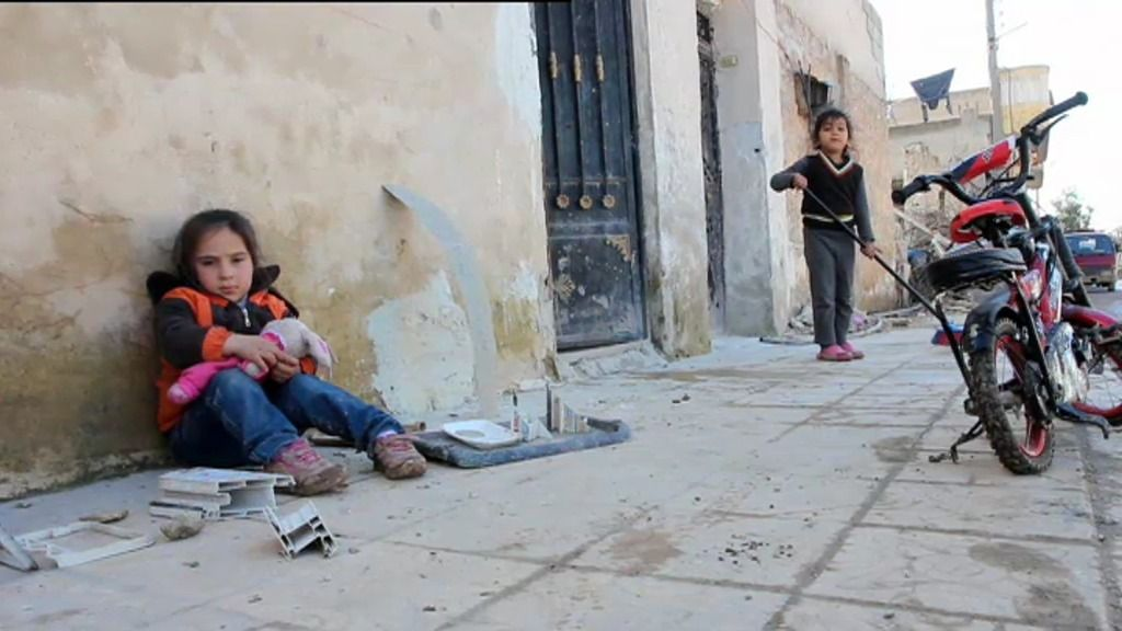 Los niños de Kobane juegan entre escombros, cadáveres y morteros