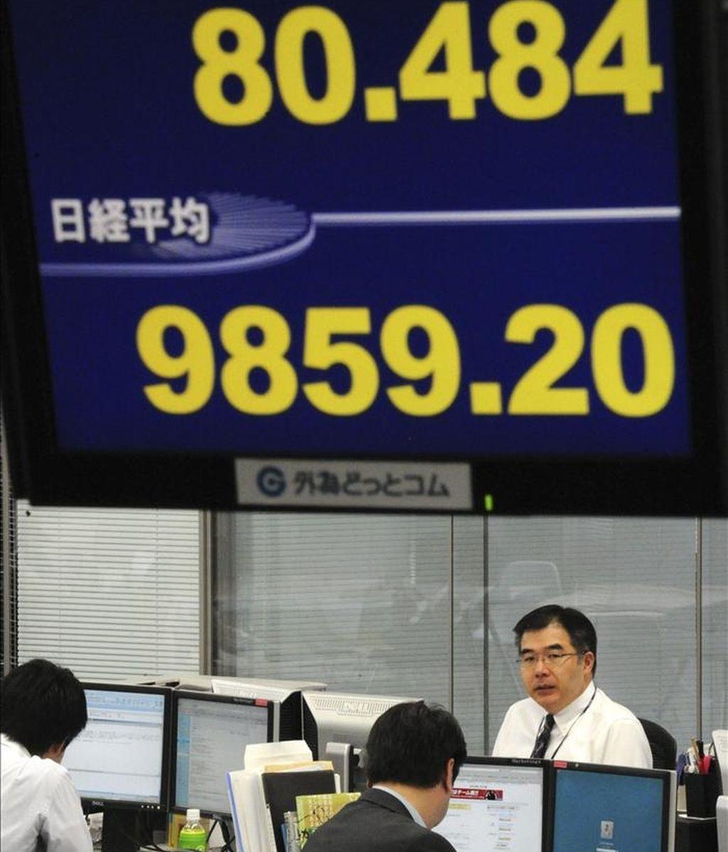 Detalle de una pantalla en una oficina de la capital nipona, que muestra el resultado del índice Nikkei de la Bolsa de Tokio (Japón). EFE/Archivo