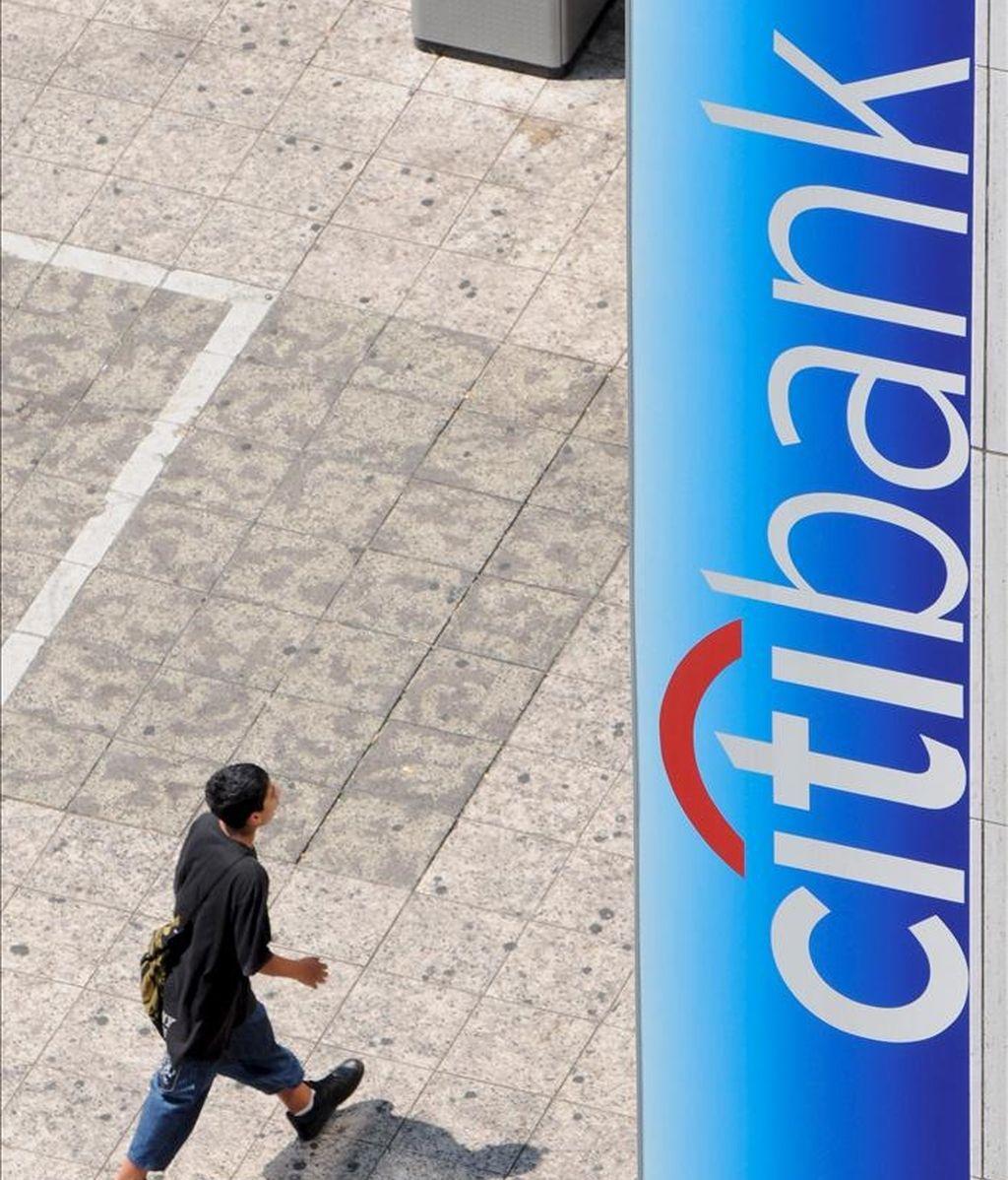 Un peatón camina junto al logo de Citibank. EFE/Archivo