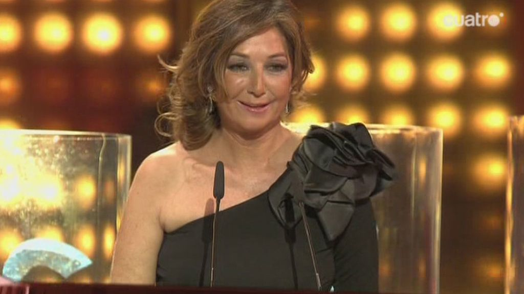 La presentadora recogió el codiciado premio con un look sobrio y elegante
