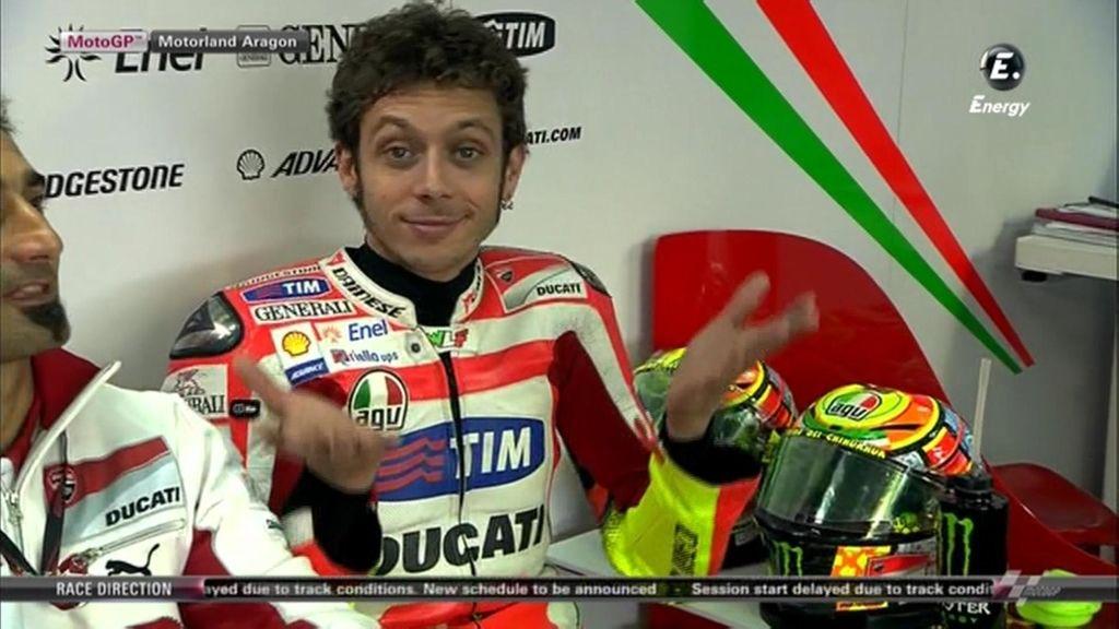 Valentino Rossi bromeando a cámara en su box