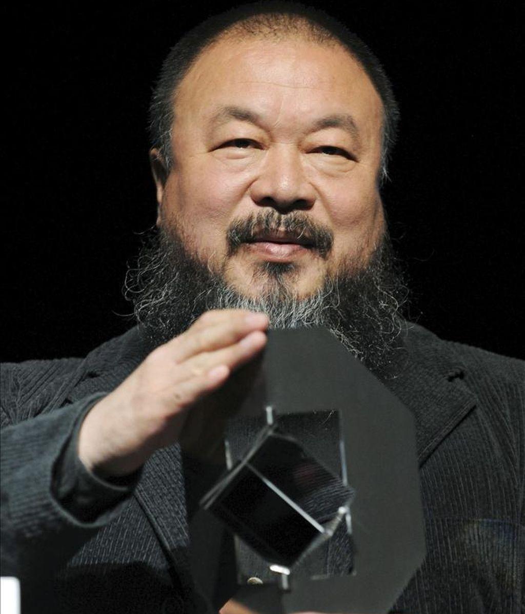 El artista y activista chino Ai Weiwei sostiene la estatuilla del premio Kassel 'Das Glas der Vernunft' en Kassel (Alemania), el 26 de septiembre de 2010. EFE/Archivo