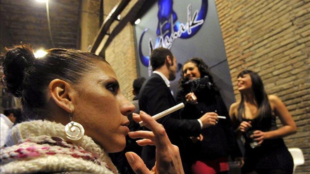 Varias personas fumando a las puertas de un pub en Granada. EFE/Archivo