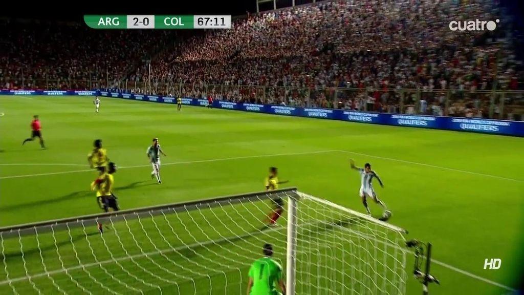 Messi deja sentado a un defensa pero el disparo de Di María se estrella en el poste