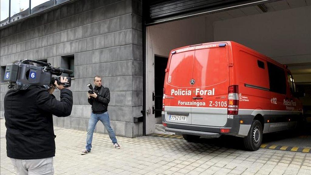 El exnovio de Yanela Zaruma, la joven de 22 años que apareció muerta el pasado lunes en la localidad navarra de Beriain, a su llegada ayer al Palacio de Justicia de Navarra en un furgón de la Policía Foral. EFE