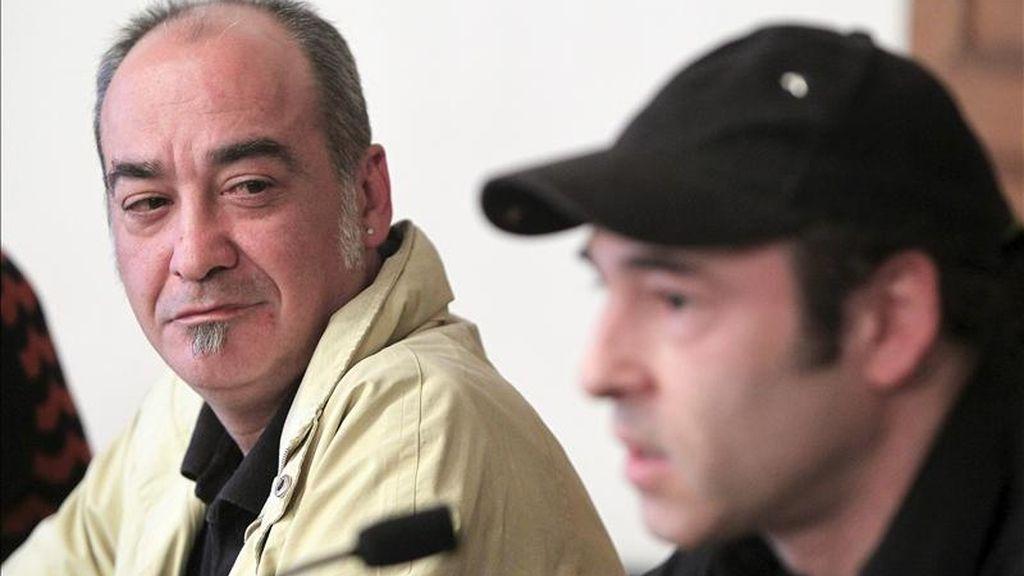 El ex redactor jefe del diario Egin Martín Garitano escuchando la intervención del cantante del grupo Su ta Gar, Aitor Gorosabel (d), en una conferencia de prensa celebrada en San Sebastián en la que representantes de la cultura vasca expresaron su apoyo a la coalición Bildu. EFE
