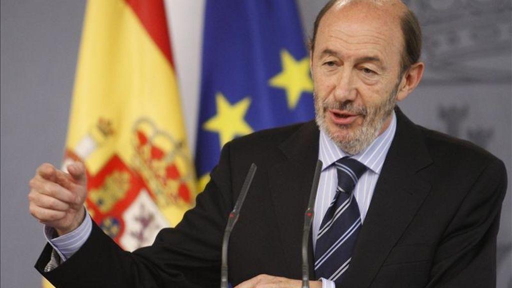 El vicepresidente primero del Gobierno, Alfredo Pérez Rubalcaba, durante la rueda de prensa que ofreció hoy en el Palacio de la Moncloa para analizar la muerte de Osama bin Laden anunciada por Estados Unidos. EFE