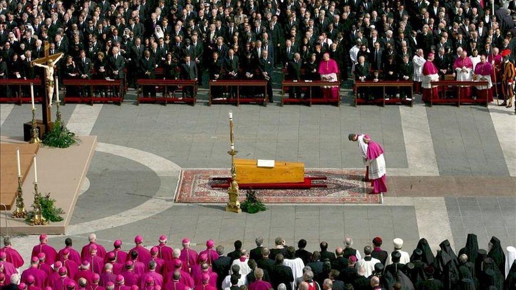 Imagen del funeral, el 8 de mayo de 2005, por el Papa Juan Pablo II, con el féretro del Pontífice colocado delante de la Basílica de San Pedro en la Ciudad del Vaticano. EFE/Archivo