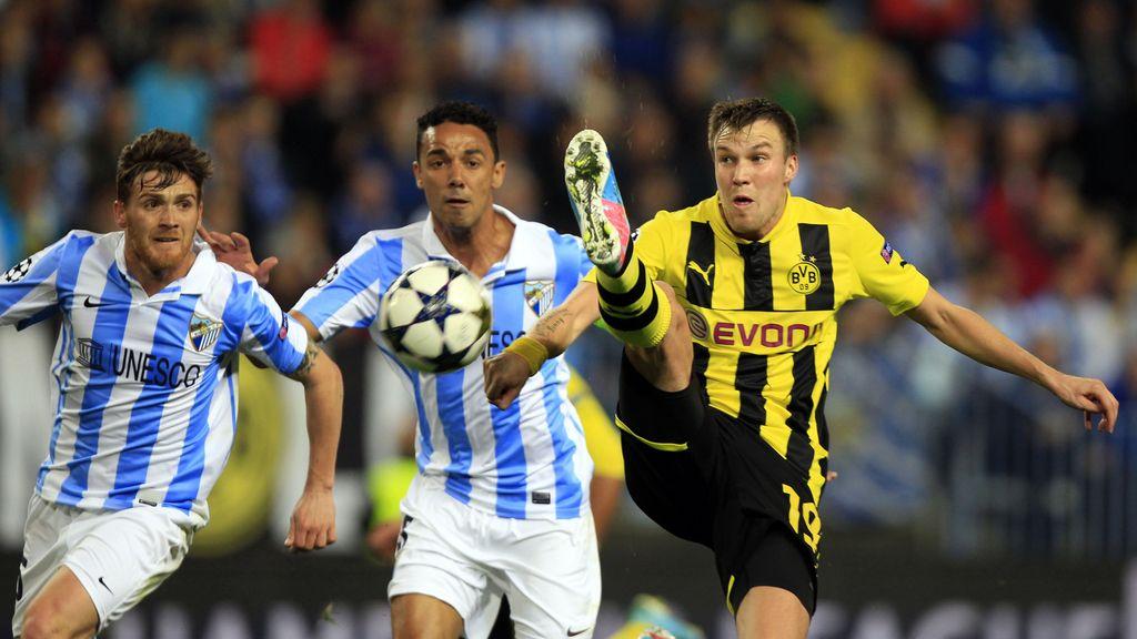 Kevin Grosskreutz, Borusi Dortmund, pelea por un balón contra Vitorino Antunes y Weligton Robson del Málaga en el partido de ida de los cuartos de final de la Liga de Campeones