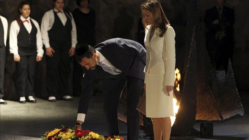 El príncipe Felipe (d) y su esposa, la princesa Letizia (i), durante su visita al Museo Yad Vashem, en memoria de los héroes y mártires del Holocausto, hoy en Jerusalén. EFE