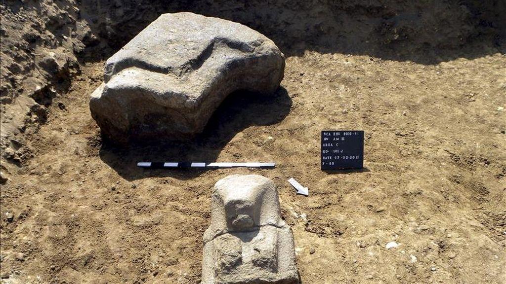 Partes de una estatua de piedra de 13 metros de altura del Amenhotep III, descubierta durante una excavación en el templo del rey Amenhotep III en Luxor, Egipto. EFE