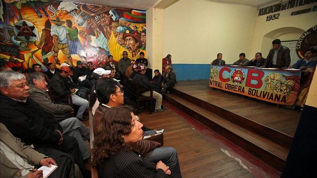 El máximo dirigente de la Central Obrera Boliviana, el minero Pedro Montes (d), explica a otros sindicalistas la última oferta salarial del gobierno del presidente Evo Morales en una reunión en La Paz. EFE