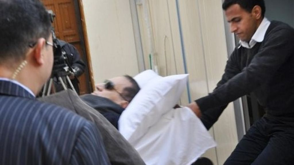 El ex presidente de Egipto, Hosni Mubarak, en camillas ante el juez
