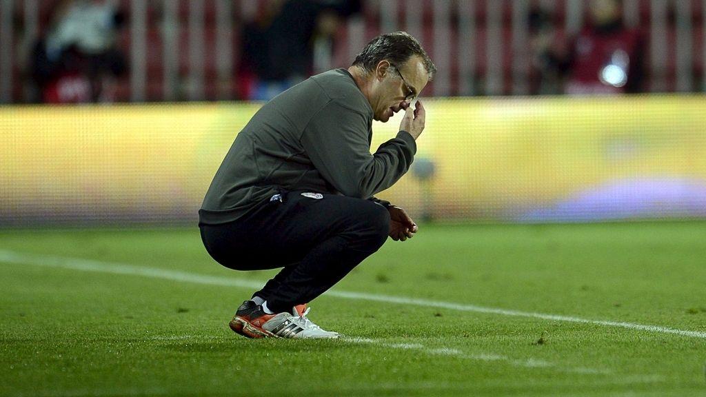El entrenador argentino del Athletic Bilbao, Marcelo Bielsa gesticula durante el partido de la Liga Europa ante el Sparta Praga