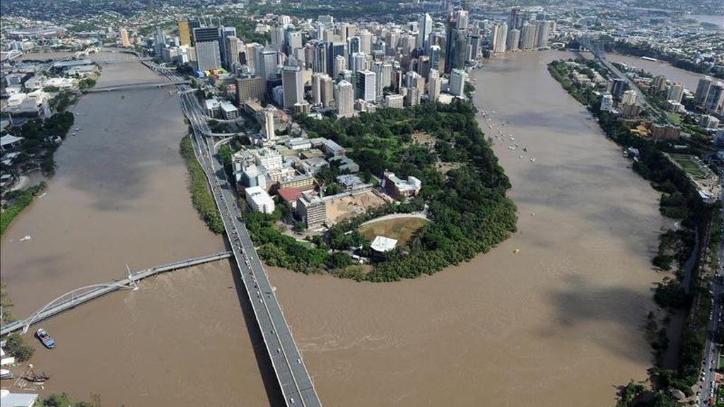 El desbordado río Brisbane alrededor del centro financiero de esa ciudad australiana. EFE