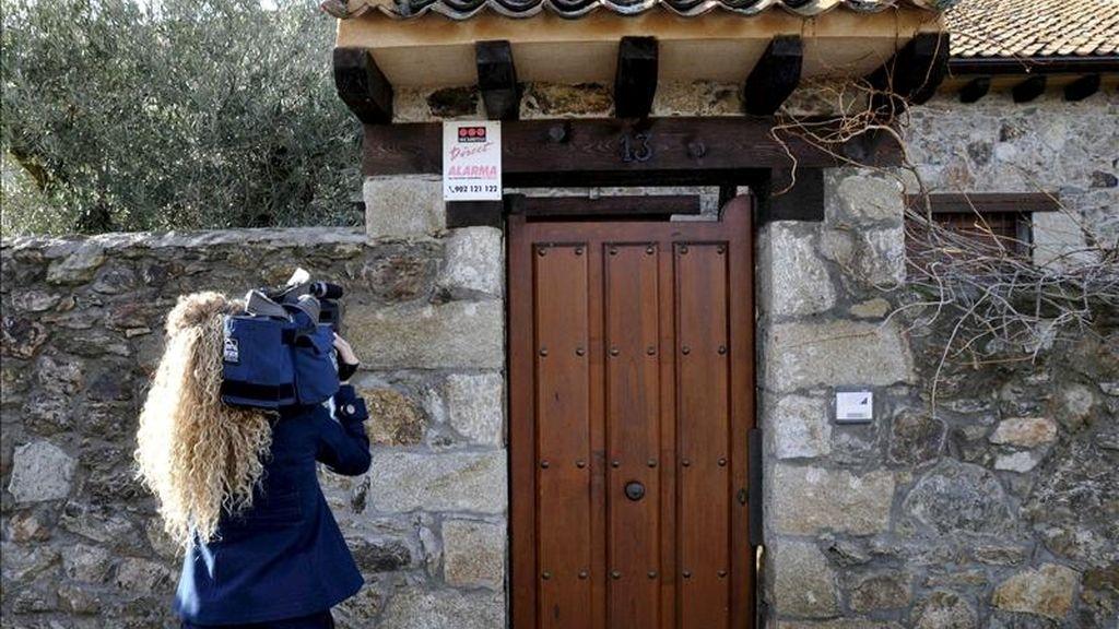 Una reportera toma imágenes de la casa de la localidad segoviana de Torrecaballeros donde han aparecido tres personas muertas, al parecer, en un caso de violencia de genero en el que un hombre de 52 años ha matado presuntamente con disparos de escopeta a su mujer, de 49 años, y a su hijo, de 16, y después se ha suicidado, en lo que constituye el primer crimen de violencia machista del año 2011. EFE