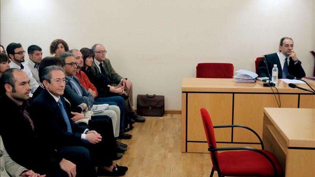 El portavoz del PSPV-PSOE en Les Corts Valencianas, Ángel Luna, (2i), durante el juicio que ha comenzado hoy en el Tribunal Superior de Justicia de la Comunitat Valenciana (TSJCV), en el que se le acusa de encubrimiento tras negarse a revelar quién le facilitó el informe secreto sobre la trama Gürtel que exhibió en la Cámara autonómica el 24 de marzo del pasado año. EFE