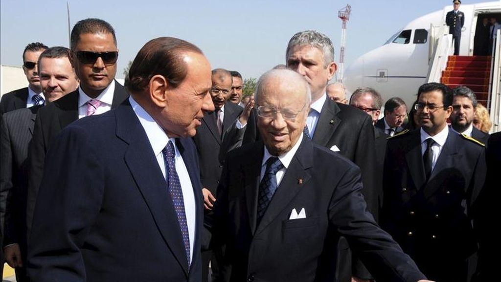 El primer ministro de Túnez, Beyi Caid Essebsi (d), da la bienvenida a su homólogo italiano, Silvio Berlusconi (i), en Túnez, hoy lunes 4 de abril de 2011. EFE